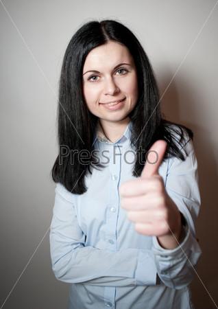 Женщина показывает большой палец