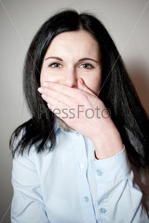 Женщина закрывает рот ладонью