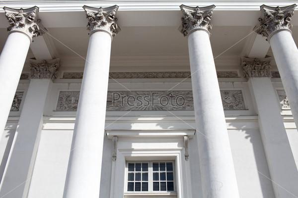 Колонны на фасаде лютеранского собора на Сенатской площади в Хельсинки, Финляндия
