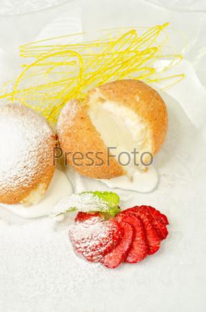 Десерт из мороженого на печенье