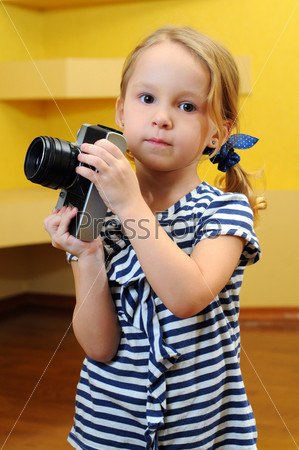 Юный фотограф со старинным фотоаппаратом