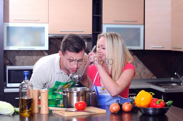 Фотография на тему Молодая пара готовит