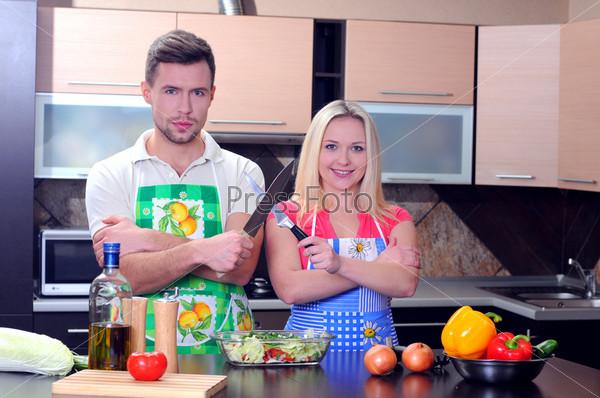Молодая пара готовит