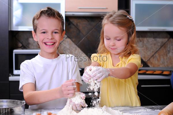 Дети делают тесто для печенья, пиццы или макарон, весело разбивая яйца