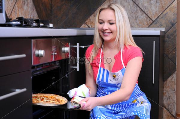 Женщина с пиццей