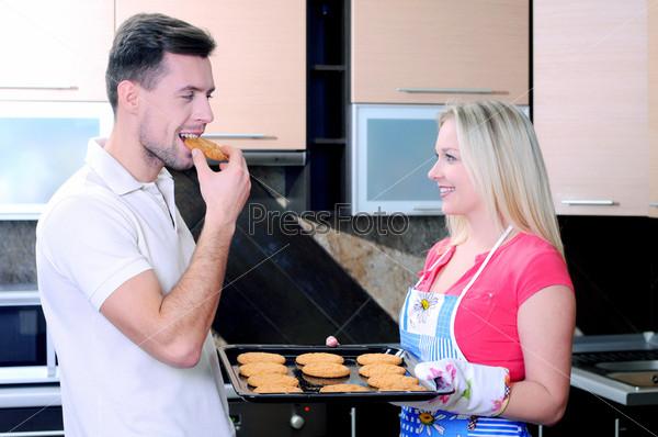 Мужчина и женщина с печеньем