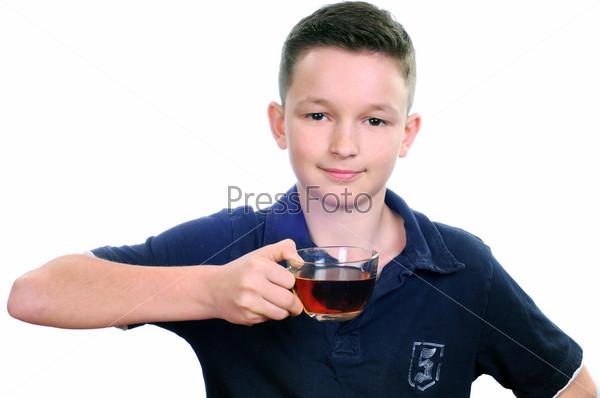 Мальчик пьет чай, изолированный на белом