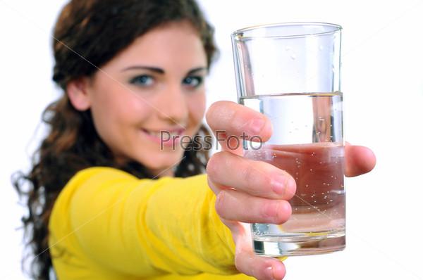 Портрет привлекательной улыбающейся женщины со стаканом воды, изолированной на белом