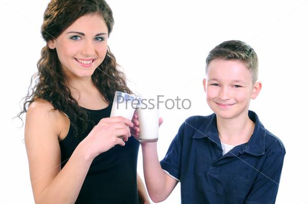 Мальчик и женщина пьют молоко