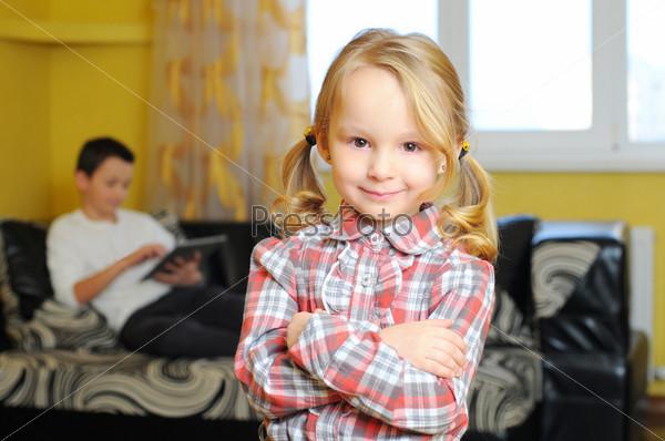 Улыбающаяся маленькая девочка в комнате