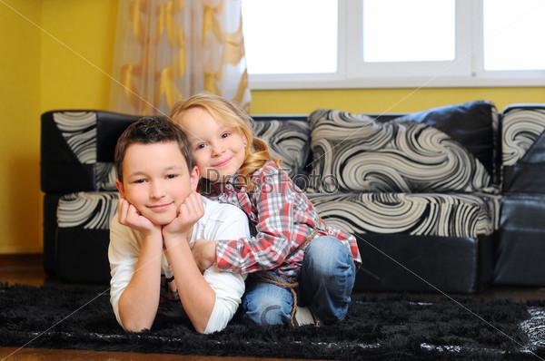 Брат и сестра лежат на полу