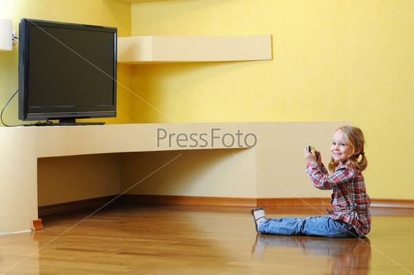 Фотография на тему Маленькая девочка играет с консолью
