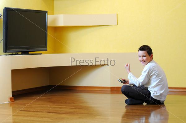 Мальчик играет с игровой консолью