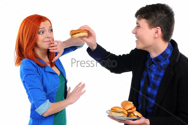 Молодые люди едят гамбургер