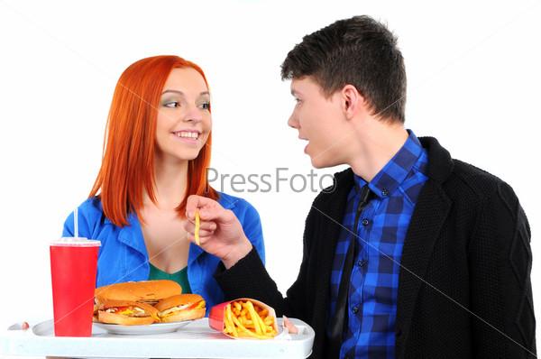 Молодые люди едят фаст-фуд