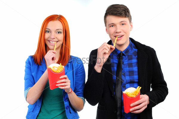 Молодые люди едят картошку фри