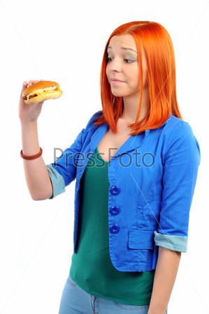 Женщина ест гамбургер