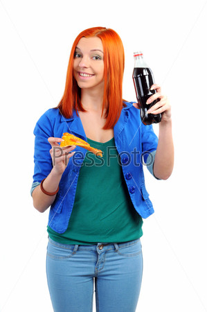 Веселая женщина ест кусок пиццы