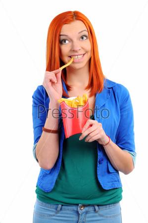 Фотография на тему Хорошенькая молодая женщина ест картофель фри