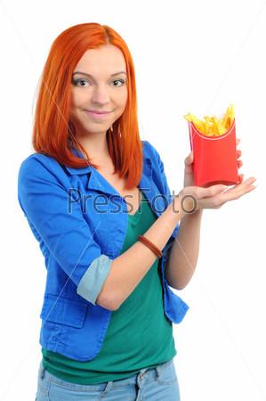 Хорошенькая молодая женщина ест картофель фри