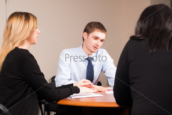 Молодой и успешный бизнесмен в офисе