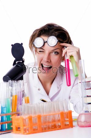 Сумасшедшая женщина-химик в лаборатории