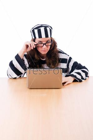 Хакер в тюремной робе с ноутбуком на белом фоне