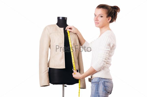 Портной работает над одеждой