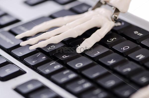 Фотография на тему Скелет работает на клавиатуре