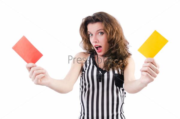 Женщина рефери с карточками на белом фоне