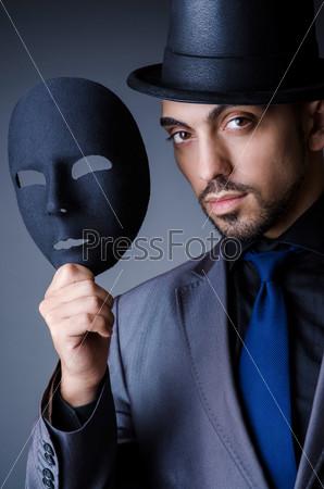 Мужчина с черной маской в студии