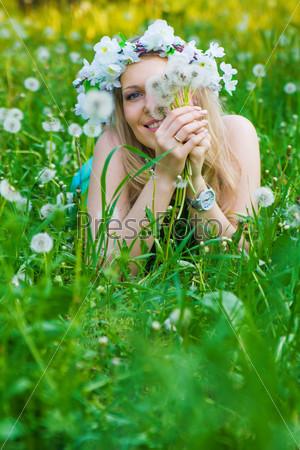 Женщина с одуванчиками на поле