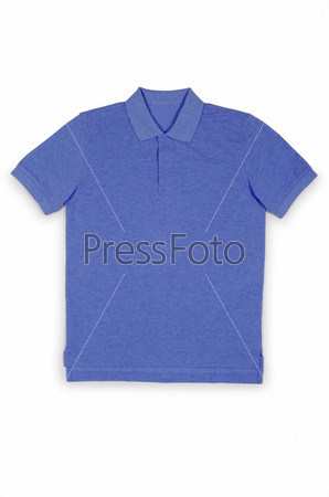 Мужская футболка, изолированная на белом фоне