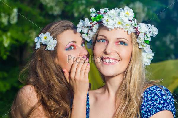 Портрет двух молодых красивых женщин на свежем воздухе