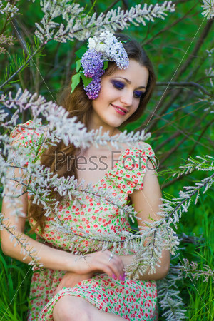Портрет молодой красивой женщины на природе