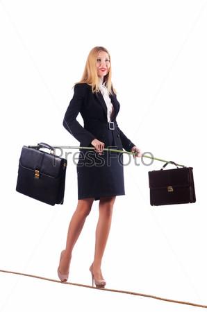Бизнес-леди идет по канату, изолировано