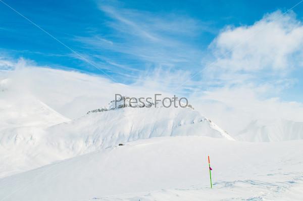 Снежные горы на ясный зимний день