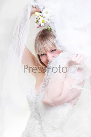Фотография на тему Красивая молодая женщина в белом платье с букетом цветов