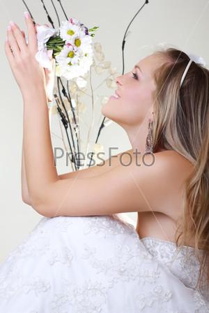 Портрет счастливой невесты с букетом