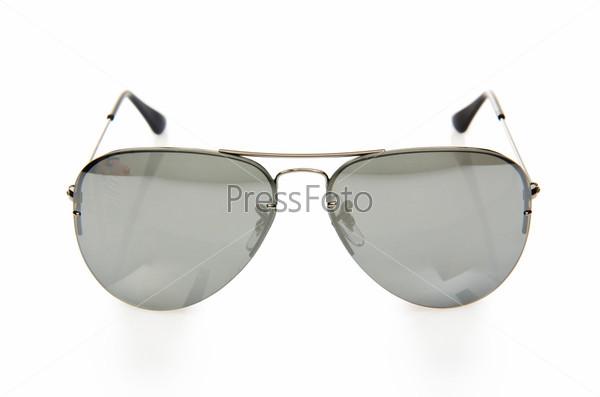 Элегантные солнцезащитные очки, изолированные на белом