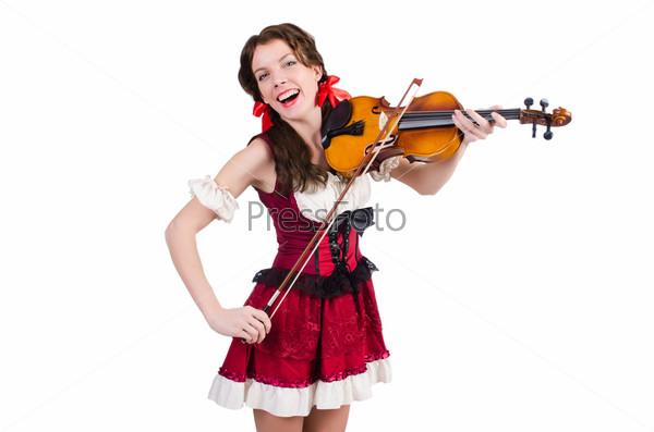 Молодая женщина играет на скрипке на белом фоне