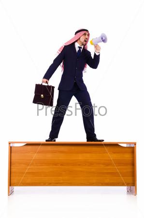 Арабский бизнесмен, изолированны на белом фоне