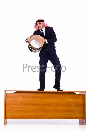 Арабский бизнесмен играет на барабане на столе