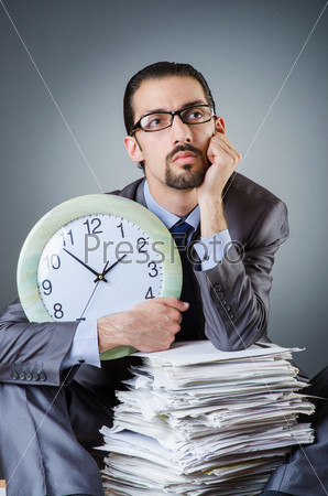 Мужчина с часами и кипой бумаг