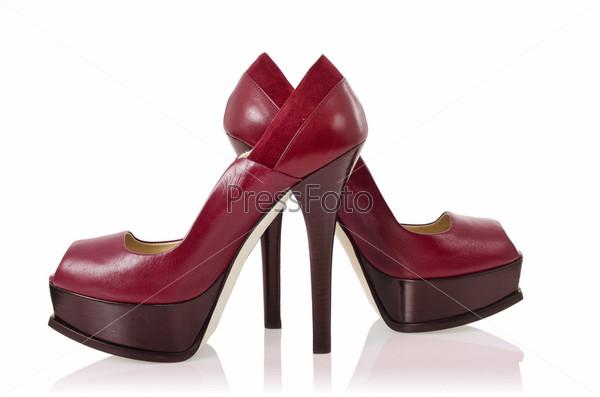 Красивые женские туфли, изолированные на белом фоне