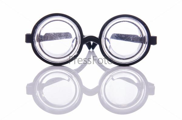 Смешные очки, изолированные на белом фоне