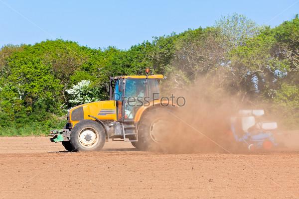 Фотография на тему Сельское хозяйство - трактор на поле