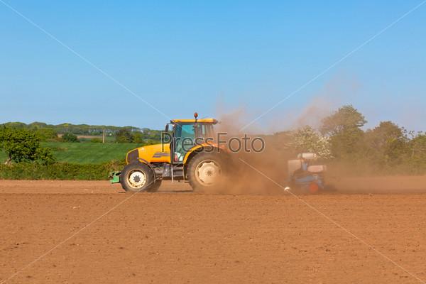 Сельское хозяйство - трактор на поле