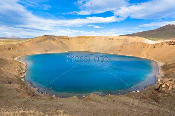 Кратер потухшего вулкана Крапла в Исландии, заполненный водой