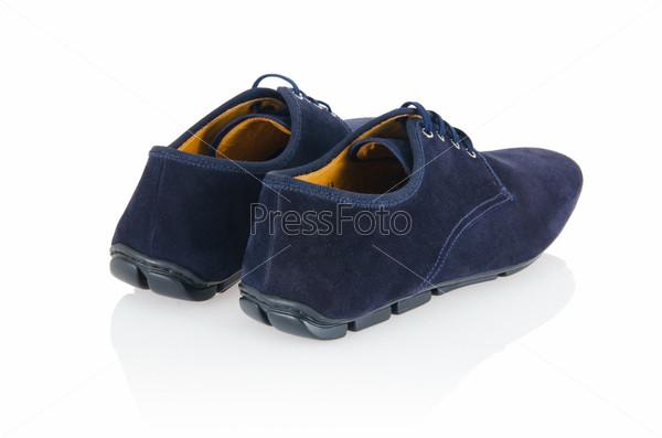 Мужская обувь на белом фоне